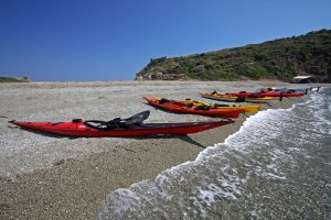 каяци на брега